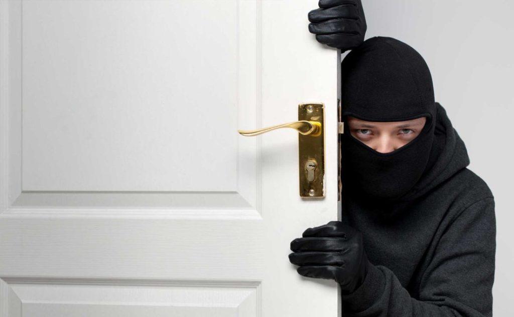 Thấy có ăn trộm lẻn vào nhà trong mơ đánh con gì?